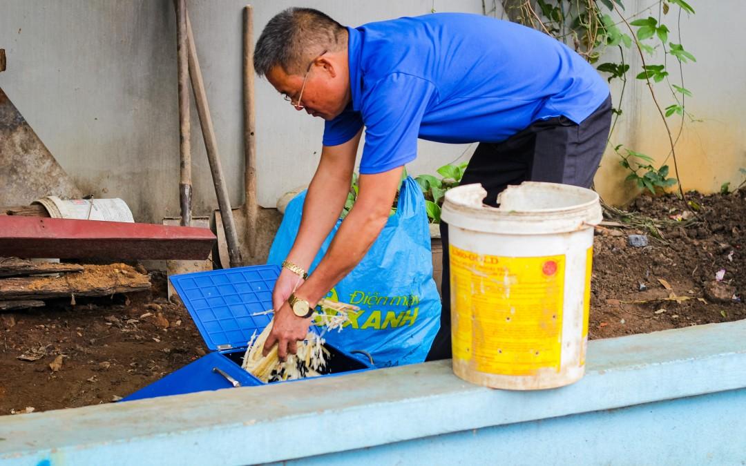 Người dân Đông Anh thử nghiệm phân loại rác và xử lý rác hữu cơ